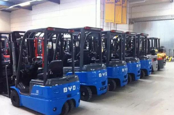 4:混合动力电池 混合动力叉车在日本丰田和日产公司,以及欧洲的林德和Still公司的叉车上进行着应用。林德气体和包括奔驰宝马等汽车集团正在欧洲进行一场政府支持的氢能源加气站的建设,正在建设一条横贯欧洲的氢能源的加氢站。而其中的叉车加氢的混合动力叉车也在林德等叉车中进行商业应用。 作为一名文科生,尽管有幸参与了大多的测试,对锂电和新能源技术的理解却比较浅薄,但是站在商业模式和运行趋势来看待新能源在叉车等工业车辆领域应用,提出几点建议: 1:新能源在叉车领域的转化将是一个加速度的过程。前几天曾有一文章说:铅