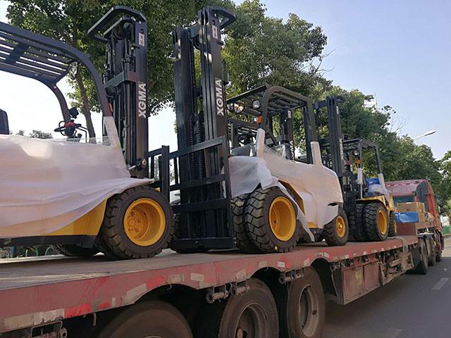 海外客户采购厦工订制黄色叉车10台装车出口