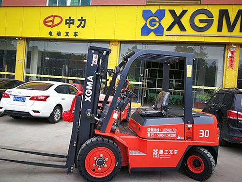 厦门某建材装饰有限公司采购厦工叉车3吨协助作业