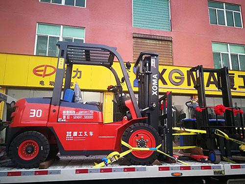 厦门某物流专线公司采购厦工3吨叉车和电动堆高车