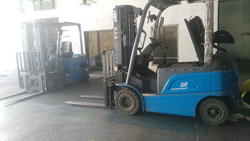 漳州某饲料公司采购比亚迪电动叉车和电动搬运车