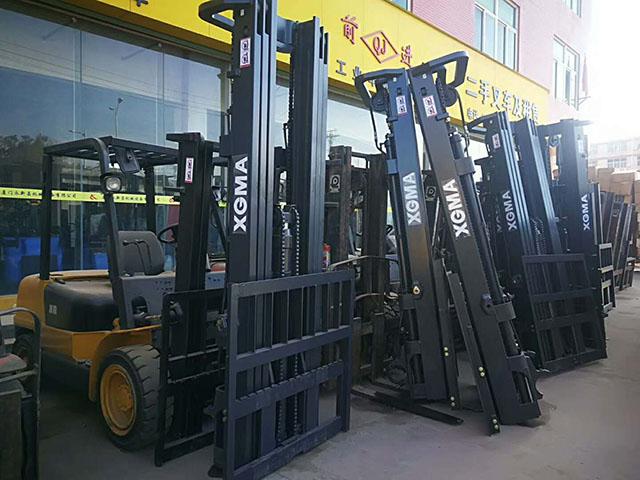 海外客户订制一批厦工3吨叉车装箱出口