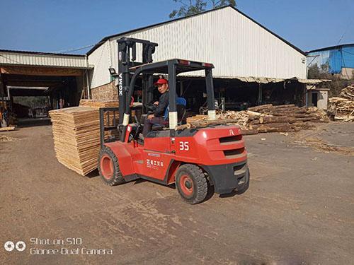 厦门市集美区某木材加工厂采购厦工叉车协助作业