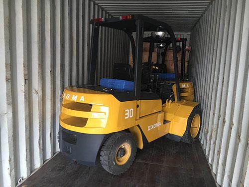 厦门叉车公司,订制一批厦工叉车装柜出口非洲