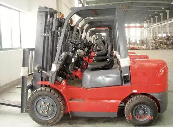 如何正确的使用和维护叉车轮胎?答案都在这里了!