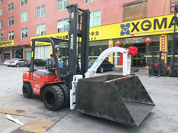 厦门某建筑工地采购厦工3.5吨叉车带斗顺利交车