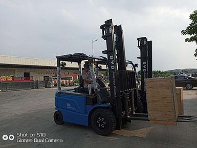 漳州比亚迪3.5吨平衡重式电动叉车2台顺利交车