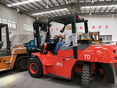 漳州团队销售厦工7吨内燃平衡重式叉车顺利交车