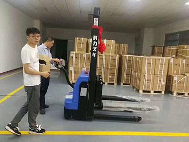 连华工业采购科力电动堆高车顺利交车于仓库使用