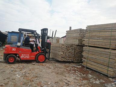 木材搬运好帮手,有了它,再多的木材也不怕