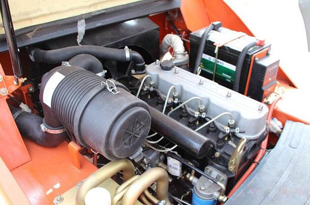 一、叉车发动机试车。 发动机应该在负载和润滑充分的条件下进行试车,可减少发动机的磨损,正确的试车可延长叉车发动机的使用寿命。 1、在发动机的试车中不允许有以下现象: 1)、叉车活塞、活塞环和活塞销的发响。 2)、曲轴轴承或连杆轴承发响。 3)、正时齿轮、气门杆端与气门挺柱间、机油泵等有显著的响声。