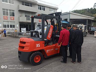 恭喜福建某新能源科技有限公司喜提厦工3.5吨叉车