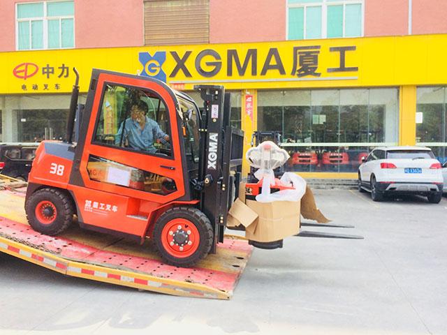 出口叉车驾驶室3.8吨叉车及手动液压搬运车