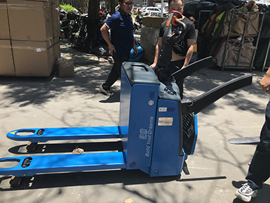 新能源叉车引领者:比亚迪步行式/站驾式托盘搬运车