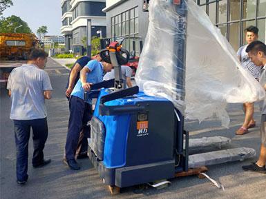 科力电动堆高车进行装卸、堆高、堆垛和短距离运输作业