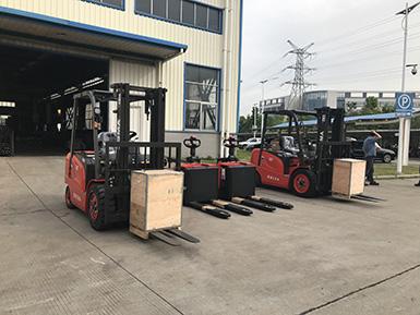 厦门某大型机械采购1批厦工电动叉车电动搬运车和柴油叉车