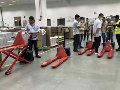 电动高升程搬运车交付使用,感谢厂家罗总亲自跟客户讲解操作方法!